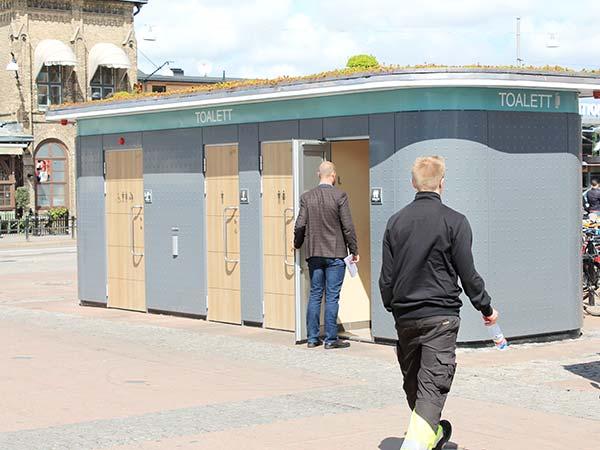 Offentliga toaletter med besökare
