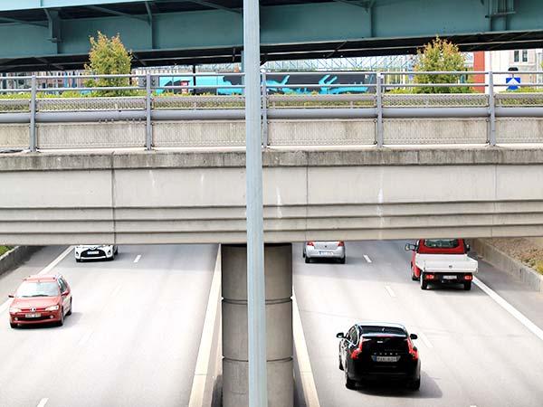 Motorväg med bilar och bropassage ovanför