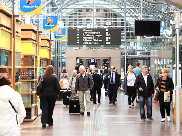 Terminal på centralstation med resenärer
