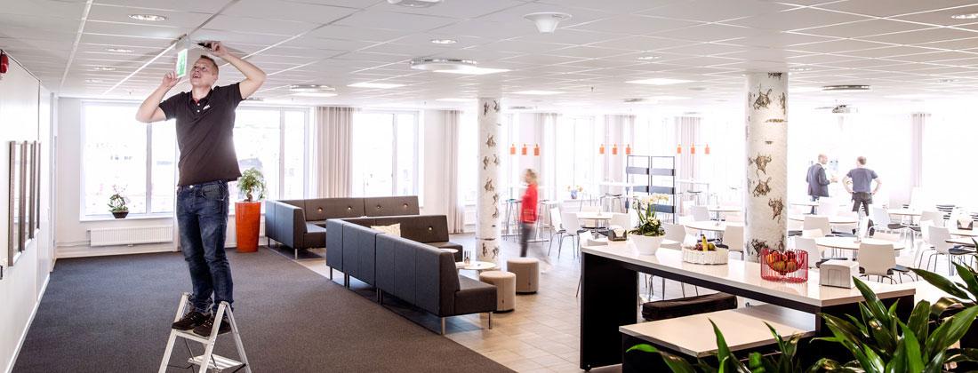 Installation på kontor med Saps tekniker inom fastighetsservice