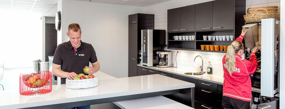 Saps-medarbetare på kontor utför service i kök, fastighetsskötsel