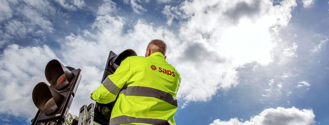 Trafikljus med tekniker från Saps som utför arbete inom infrastruktur